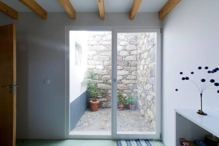 Quinta H   eco-remodelação  Madeira: Janelas   por Mayer & Selders Arquitectura