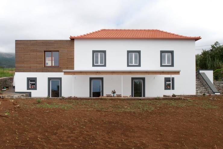 Quinta H   eco-remodelação  Madeira: Casas rústicas por Mayer & Selders Arquitectura
