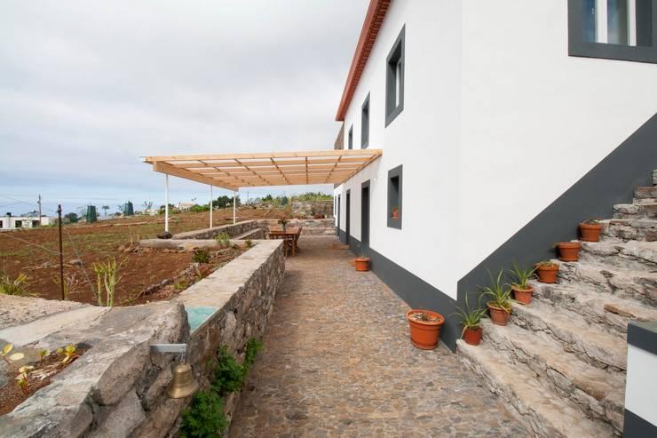 Quinta H   eco-remodelação  Madeira: Terraços  por Mayer & Selders Arquitectura