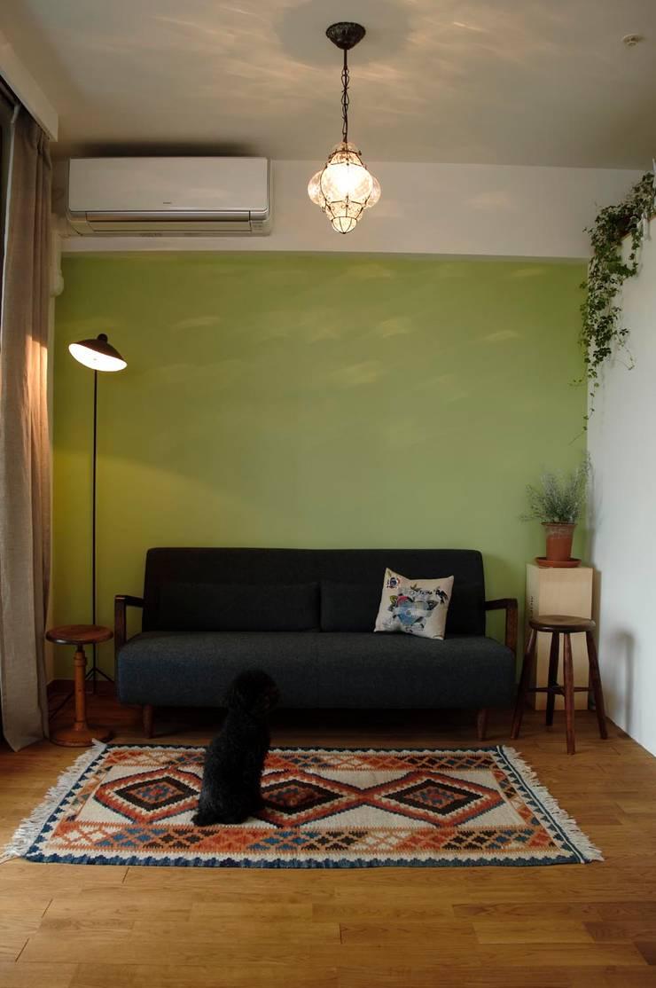 こだわりをたっぷり詰め込んだ、無垢材の温もり溢れる空間: 株式会社スタイル工房が手掛けた壁&床です。