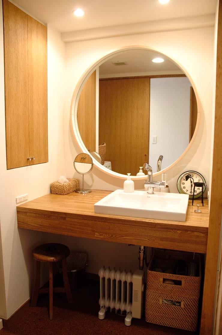 こだわりをたっぷり詰め込んだ、無垢材の温もり溢れる空間: 株式会社スタイル工房が手掛けた洗面所&風呂&トイレです。