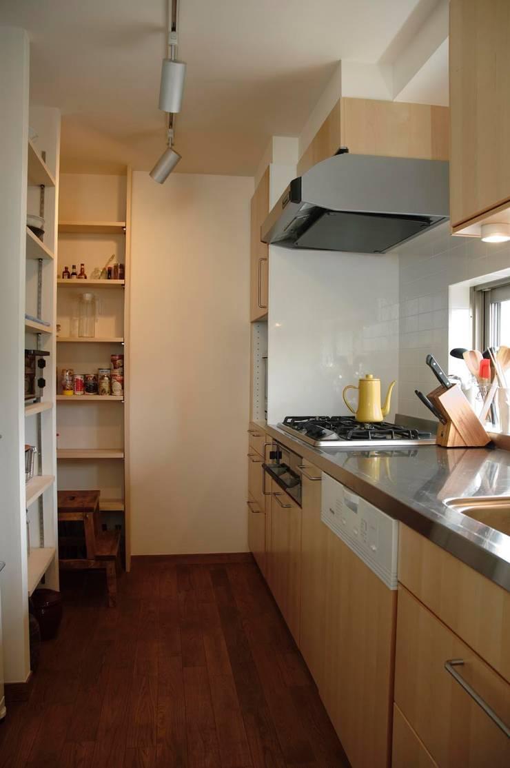 こだわりをたっぷり詰め込んだ、無垢材の温もり溢れる空間: 株式会社スタイル工房が手掛けたキッチンです。