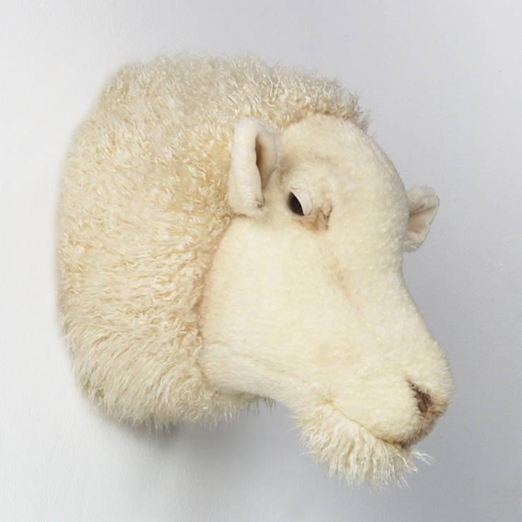 Trophées animaux en peluche: Chambre d'enfants de style  par Victor et Juliette