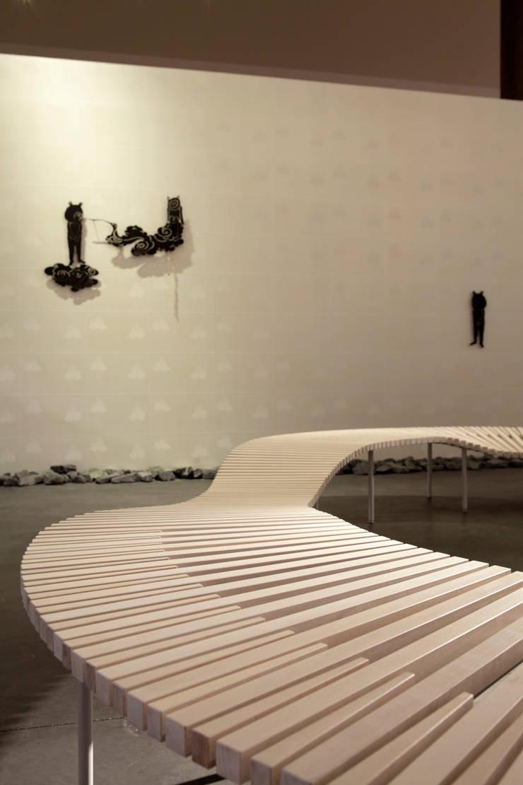 AQUA×IGNIS ロビーベンチ [ minamo ] + 照明 [ hoshiful ]: Hirota Design Studioが手掛けたインテリアランドスケープです。,