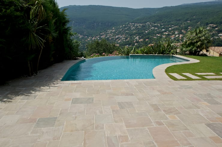 terrasse et margelle kandla gres beige: Piscine de style  par Vente Pierre Naturelle