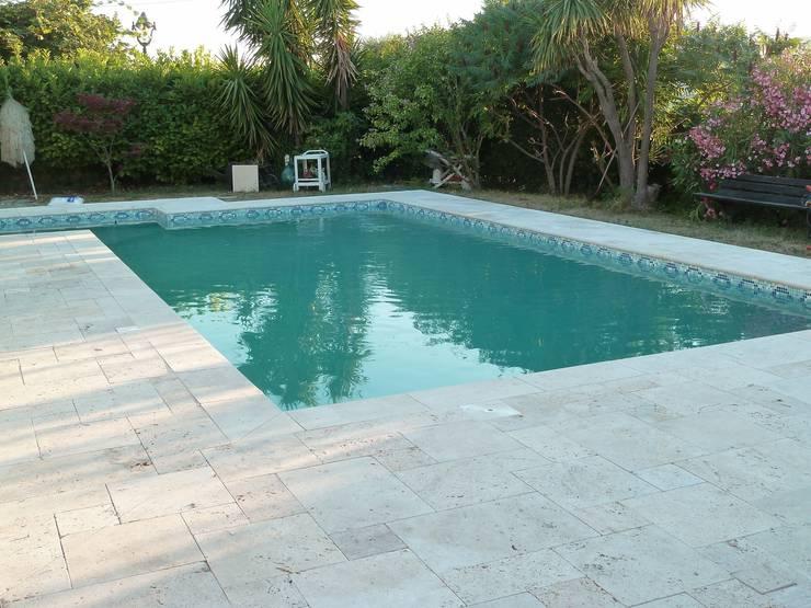 Terrasse et margelle de piscine en travertin: Piscine de style  par Vente Pierre Naturelle