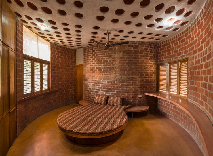 Brick House, Wada: tropical Bedroom by iSTUDIO Architecture