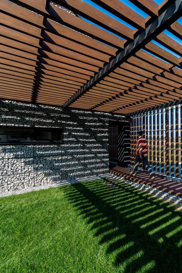project: styl , w kategorii Garaż zaprojektowany przez Kropka Studio,