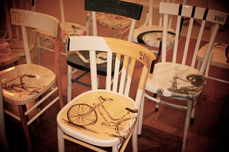 Sedie decorate e non solo..: Casa in stile  di Laboratorio SD