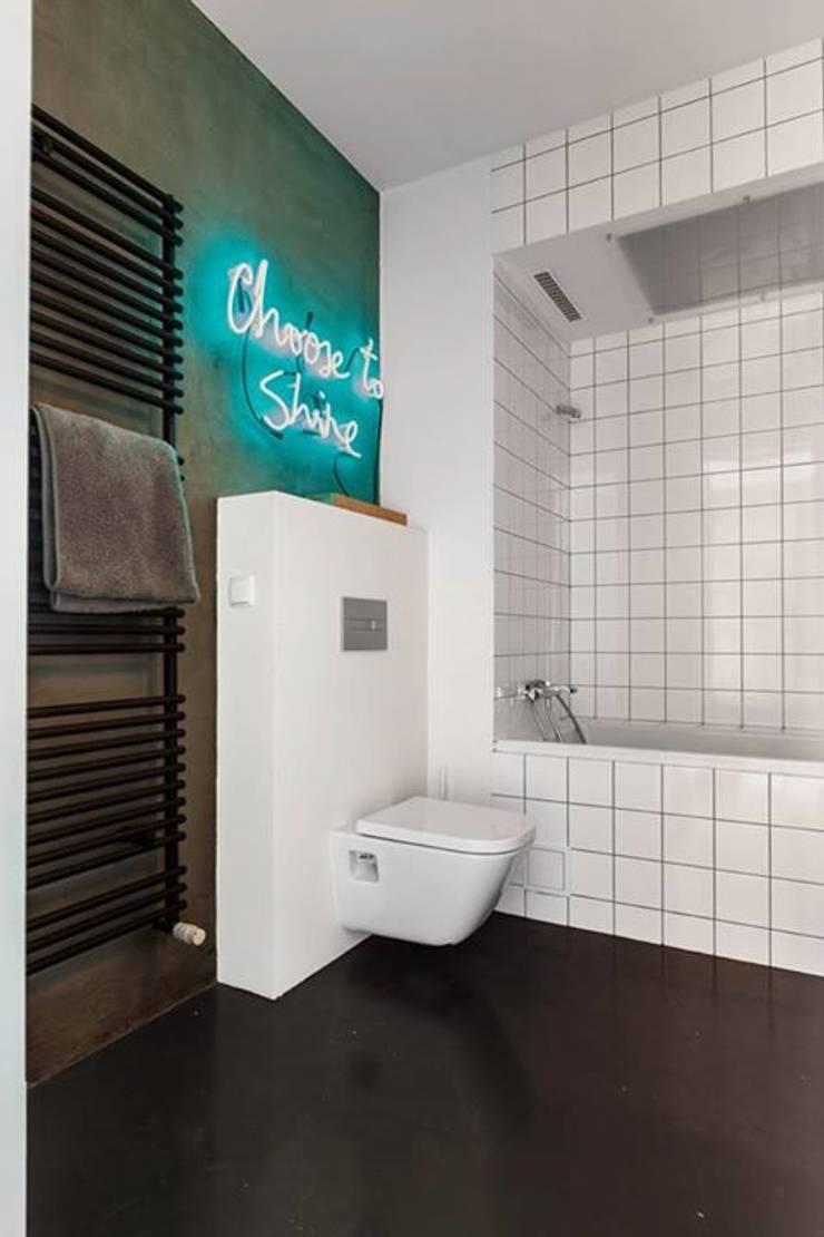 Neony jako integralne oświetlenie łazienek: styl , w kategorii  zaprojektowany przez neonlove,Industrialny