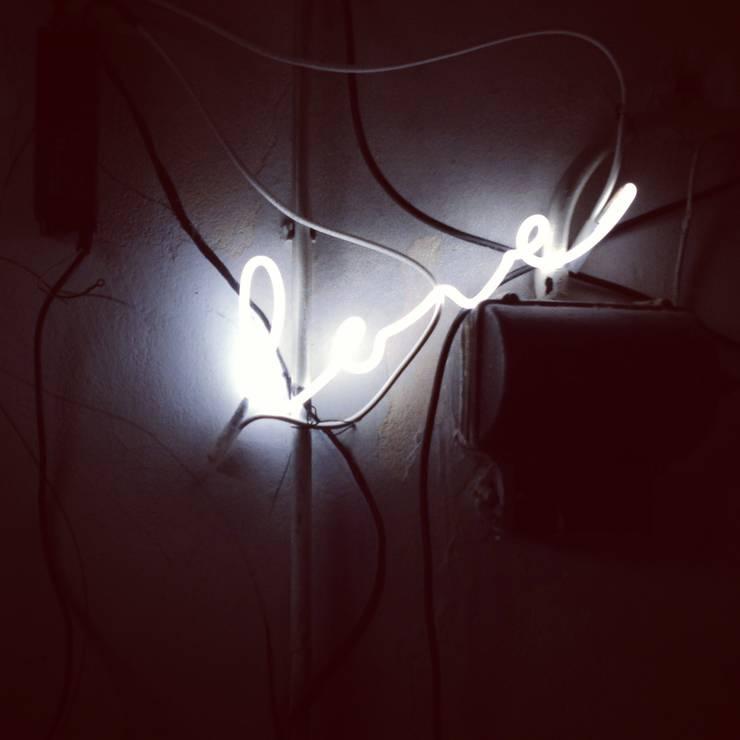 Neony we wnętrzach: styl , w kategorii Jadalnia zaprojektowany przez neonlove