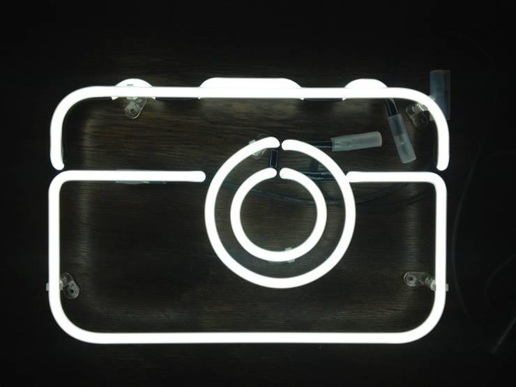 Neony we wnętrzach: styl , w kategorii Domowe biuro i gabinet zaprojektowany przez neonlove,Minimalistyczny