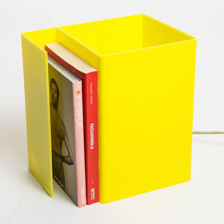 Booklight : Soggiorno in stile  di Designtrasparente