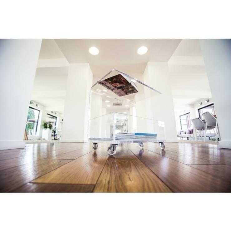 tavolino portariviste plexiglass: Sala da pranzo in stile  di Designtrasparente,