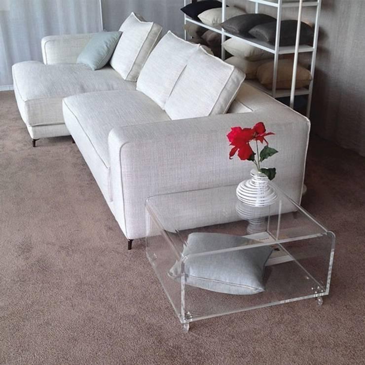 Tavolini moderni in plexiglass : Soggiorno in stile  di Designtrasparente