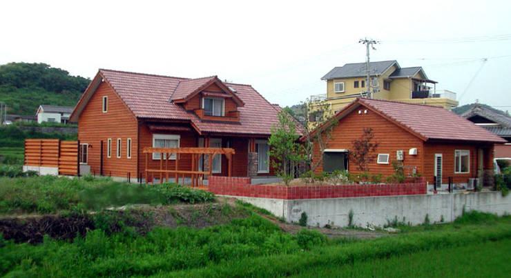 庭から: 溝口建築設計が手掛けた庭です。,インダストリアル