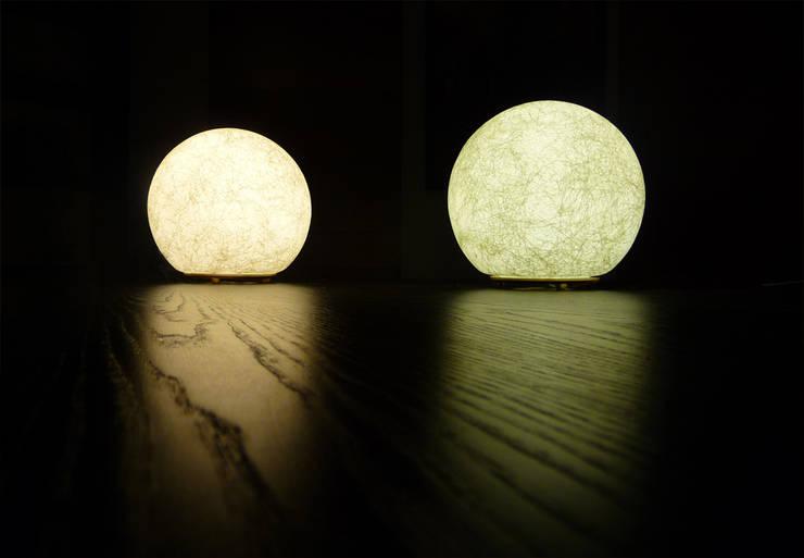 Gamme de luminaires <q>LUNATIQUE</q>: Maison de style  par Sarah Kalman