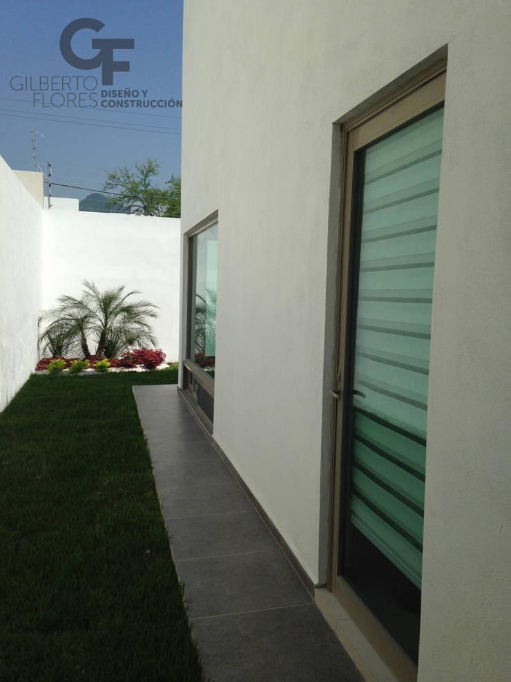 CAROLCO 1: Jardines de estilo  por GF ARQUITECTOS