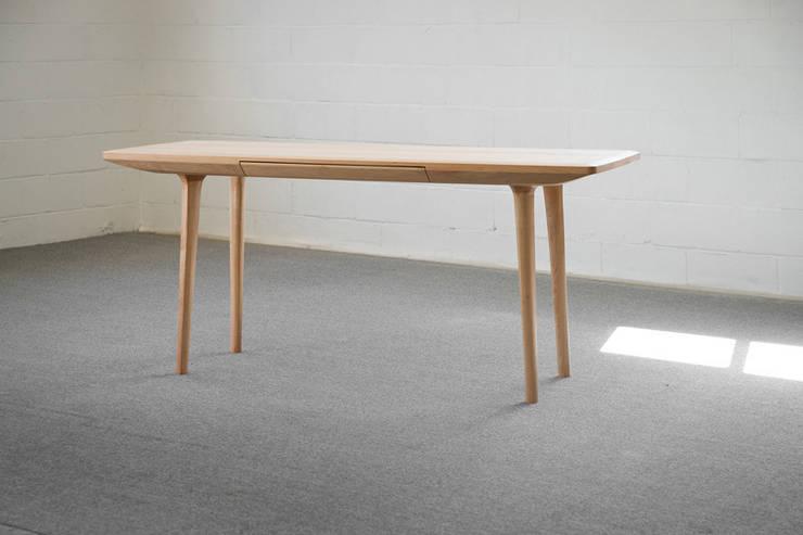 나무 책상: BORI STUDIO의  서재/사무실