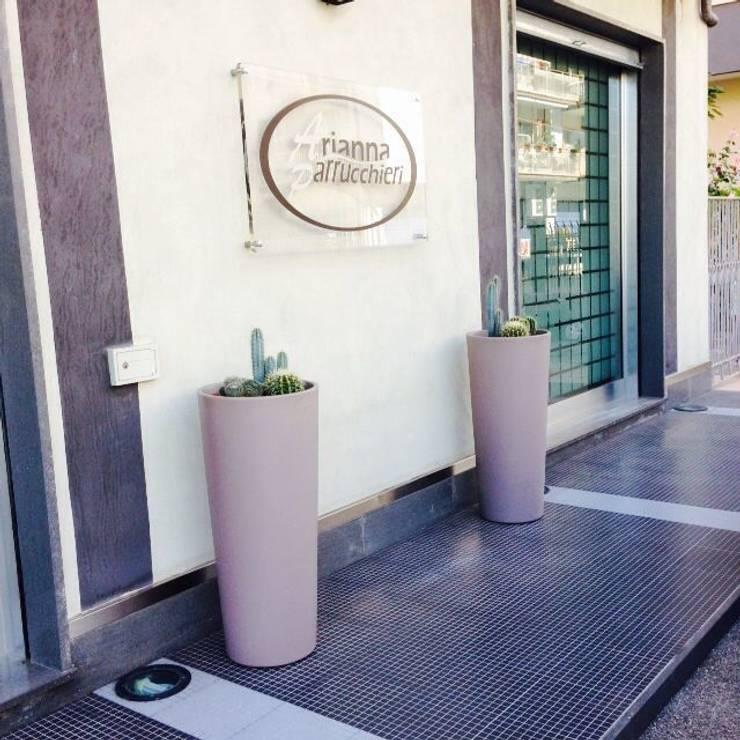 ARIANNA PARRUCCHIERI ARREDA CON VASAR : Negozi & Locali Commerciali in stile  di SUPER BLOC SRL