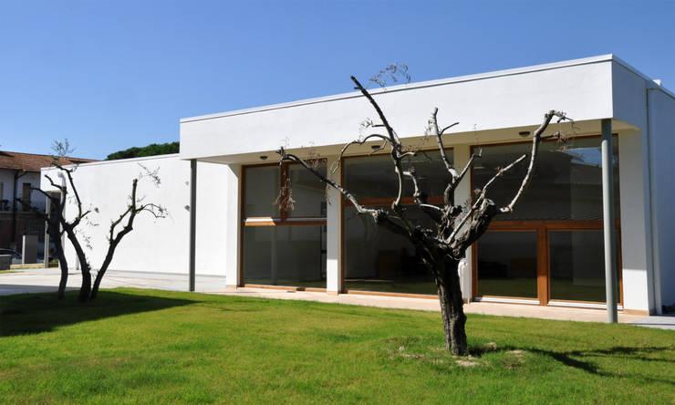 Scuola materna di Piana:  in stile  di Manuela Alberti Architetto,