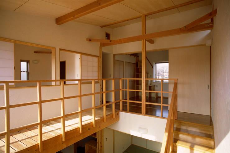 居間上部吹抜け: 八島建築設計室が手掛けた和室です。