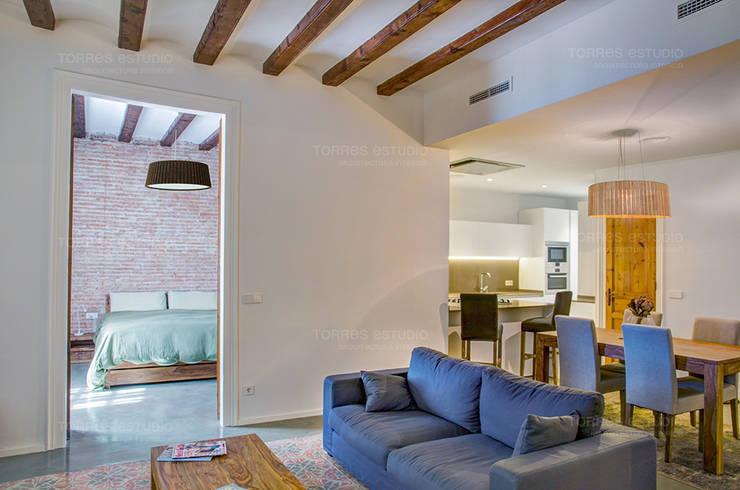 Restaurar vivienda en finca gótica: Salones de estilo  de Torres Estudio Arquitectura Interior