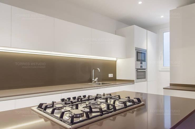 Restaurar vivienda en finca gótica: Cocinas de estilo  de Torres Estudio Arquitectura Interior