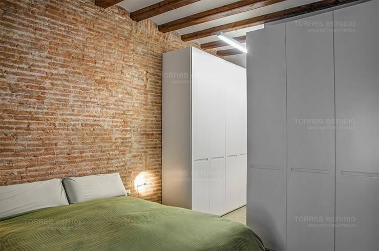 Restaurar vivienda en finca gótica: Dormitorios de estilo  de Torres Estudio Arquitectura Interior