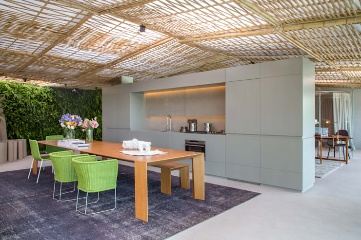 Loft Tropical - Casa Cor 2014: Salas de jantar modernas por Gisele Taranto Arquitetura