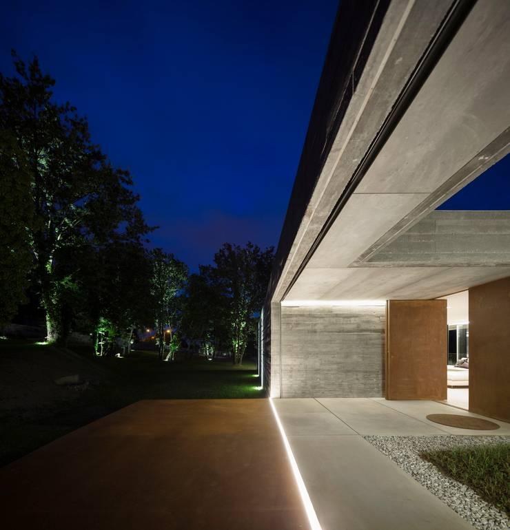 Casa Sambade: Terraços  por spaceworkers®