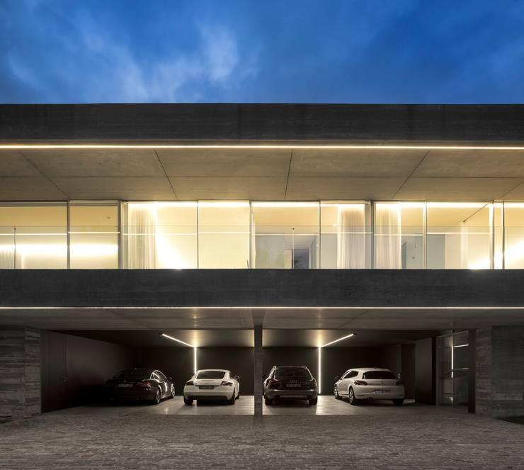 Casa Sambade: Garagens e edículas modernas por spaceworkers®