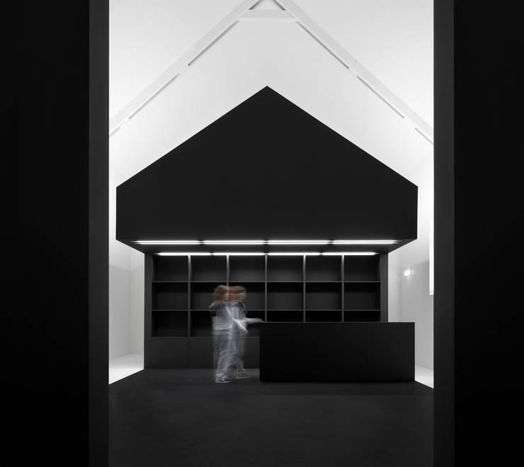 Information Center of the Romanesque : Lojas e imóveis comerciais  por spaceworkers®