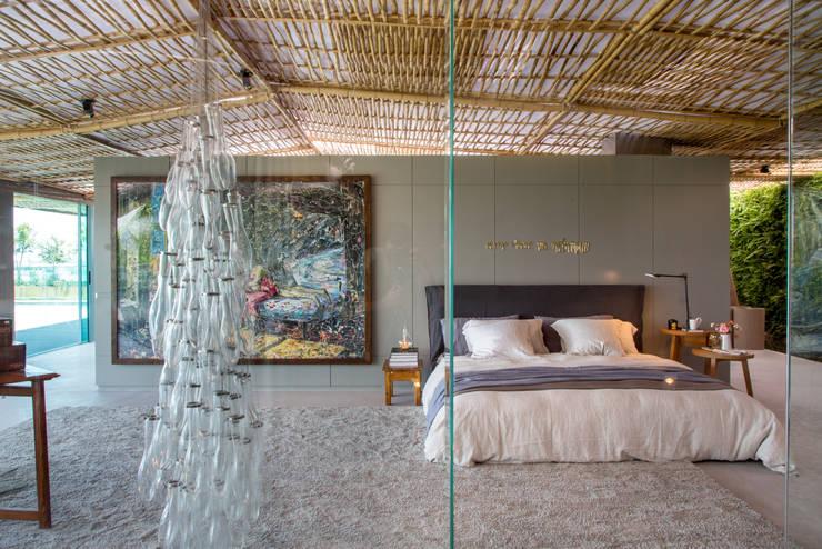 Loft Tropical – Casa Cor 2014: Quartos  por Gisele Taranto Arquitetura