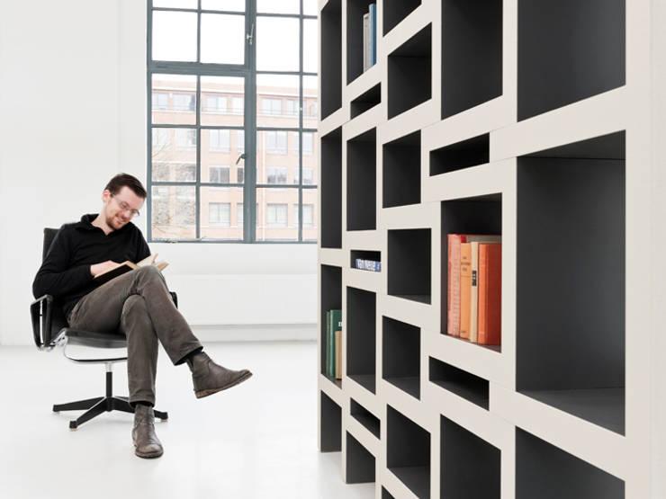 REK bookcase:  Woonkamer door Reinier de Jong Design