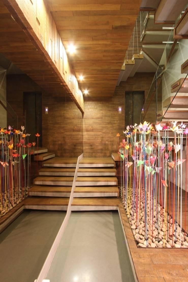 Entrance Foyer:   by MODI SRIVASTAVA AND ASSOCIATES