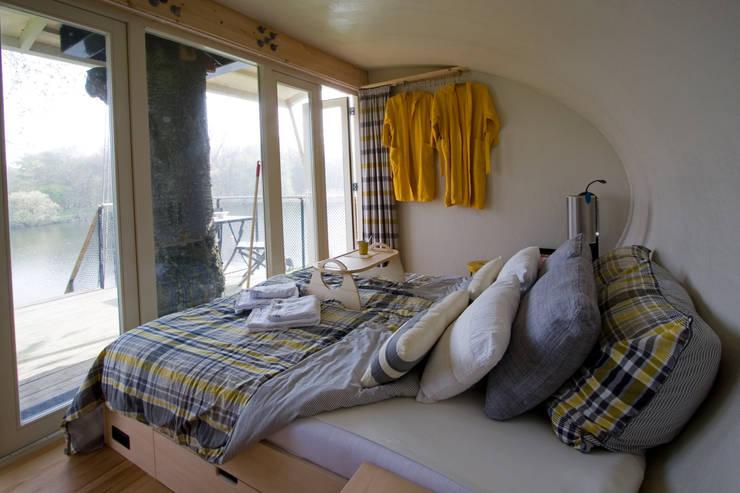Zicht vanuit de boomhut:  Slaapkamer door Atelier Dutch,