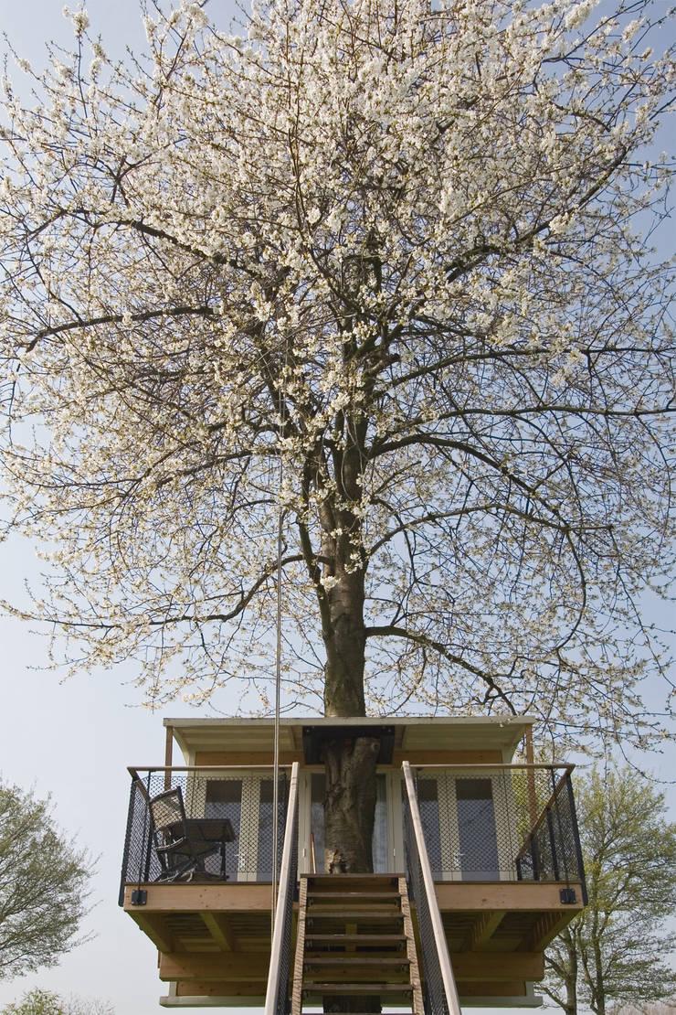 Boomhut en kersenboom:  Slaapkamer door Atelier Dutch,