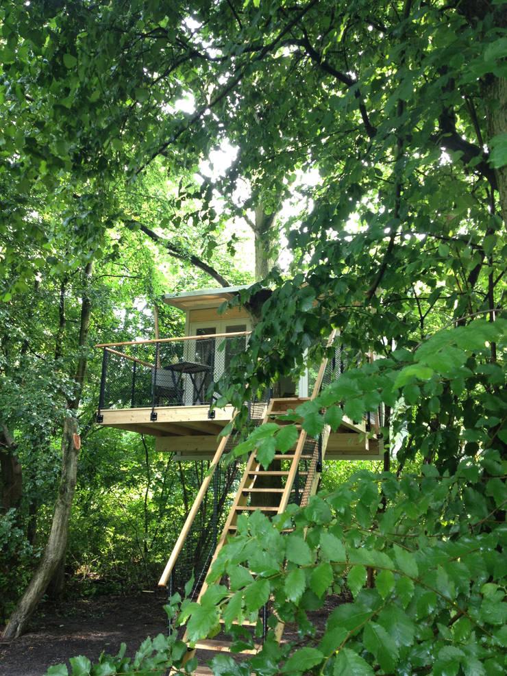Boomhut in de zomer:  Slaapkamer door Atelier Dutch,