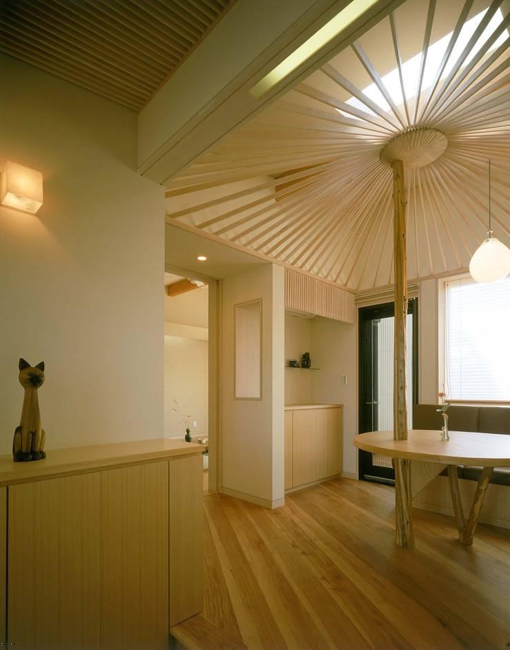玄関ホール2 モダンデザインの 多目的室 の 牧野建築計画 モダン