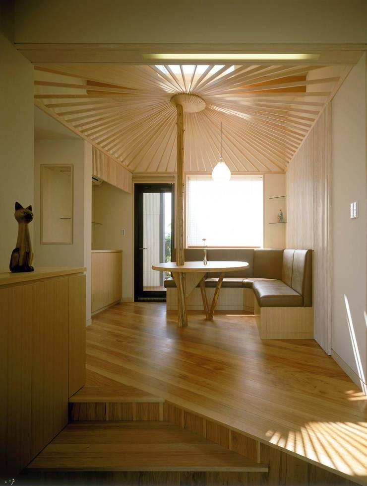 玄関ホール3 モダンデザインの 多目的室 の 牧野建築計画 モダン