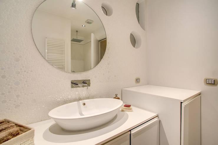 COVIELLO: Bagno in stile  di MOB ARCHITECTS