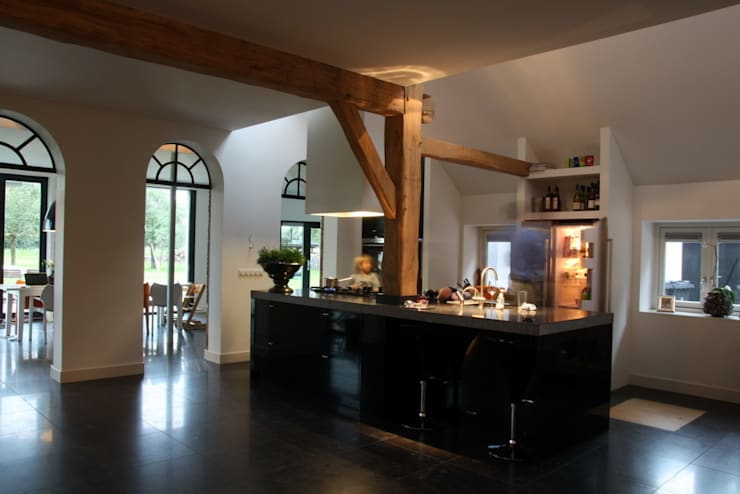 Nieuwbouw en verbouw hallen boerderij: moderne Keuken door Architectenbureau Jules Zwijsen