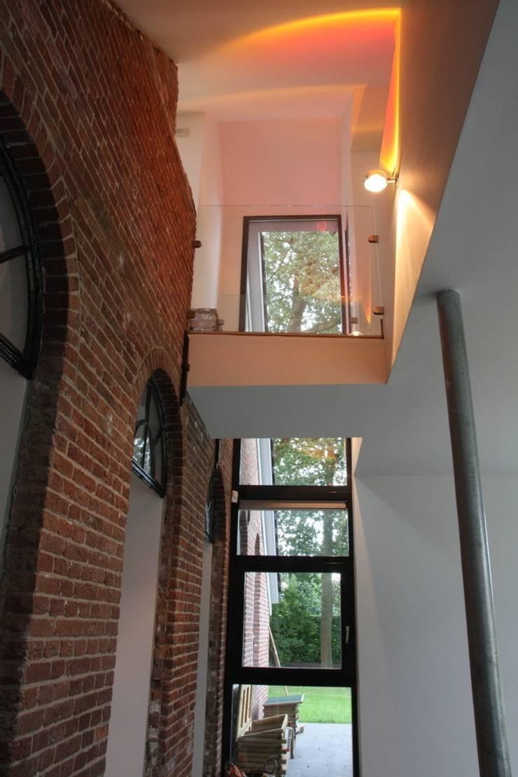 Nieuwbouw en verbouw hallen boerderij: moderne Eetkamer door Architectenbureau Jules Zwijsen