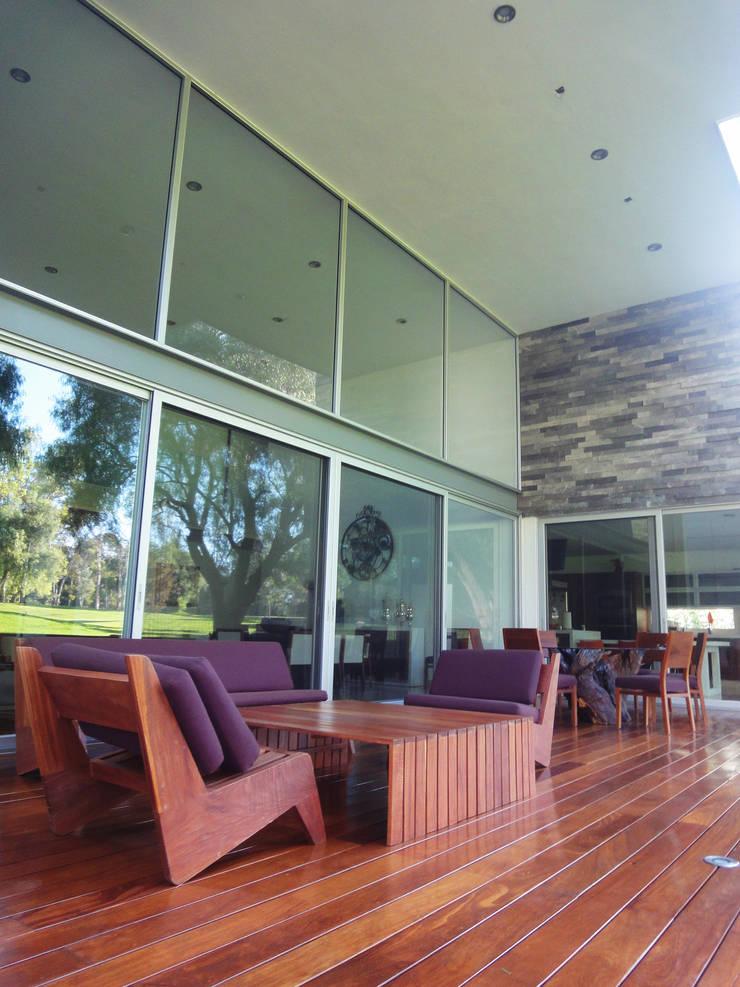 Casa TL:  de estilo  por ze|arquitectura