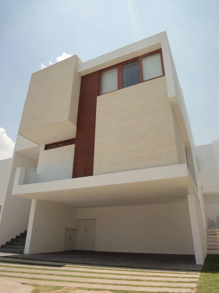 Casa AA: Casas de estilo  por ze arquitectura