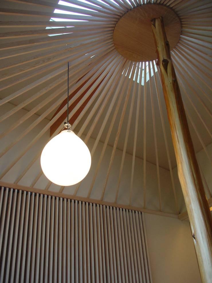 見立て傘と浮かぶ照明器具: 牧野建築計画が手掛けた多目的室です。