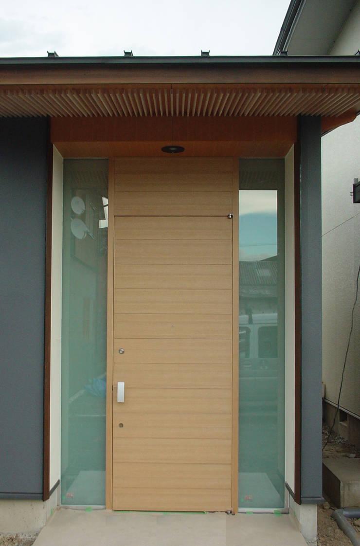 玄関正面: 牧野建築計画が手掛けた家です。
