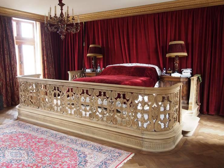 Custom made platform in european oak:  Bedroom by Charles Perpoil Woodcraft