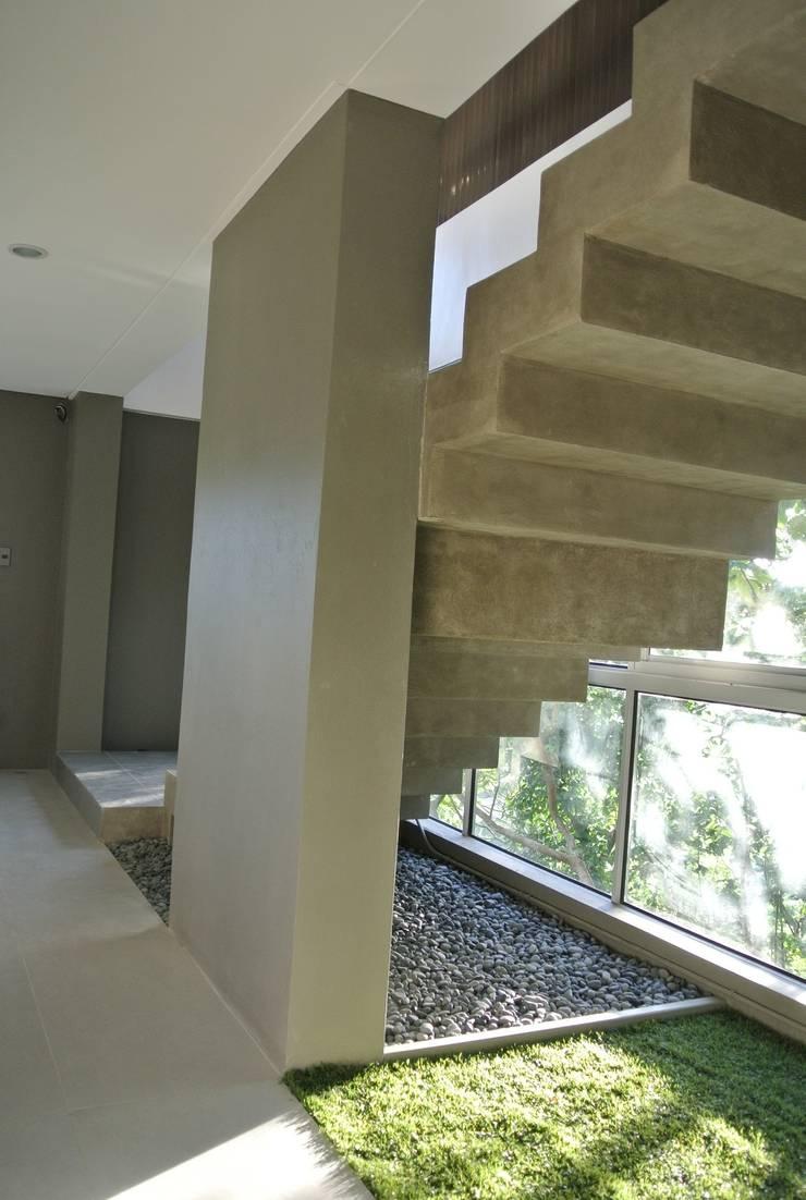MV house:  Corridor & hallway by 8 x 8 Design Studio